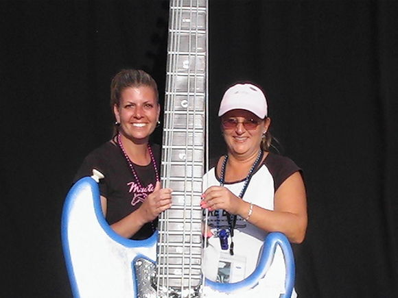 Tracy & Jules strumming Big Fender