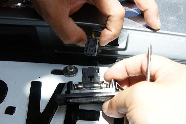 Releasing socket of license plate bulbs