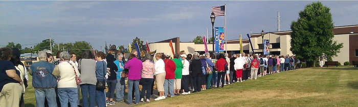 crowd of quilters waiting to enter the museum