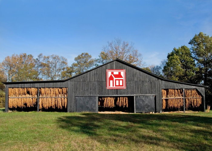 tobacco barn with barn quilt