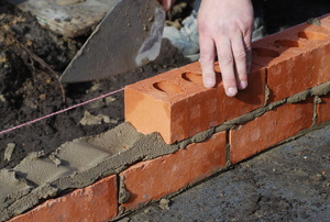 Installing a brick wall next to a Mason's Line