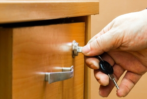 Locking a drawer