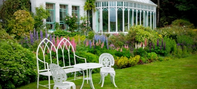 victorians loved their flowers even if your home is not in the typical victorian style you can still incorporate victorian elements such as painted - Victorian Garden