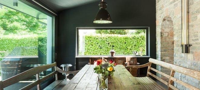 Деревенская столовая с кирпичной стеной и деревянным столом