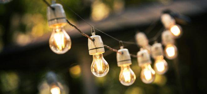 đèn dây trong sân tối