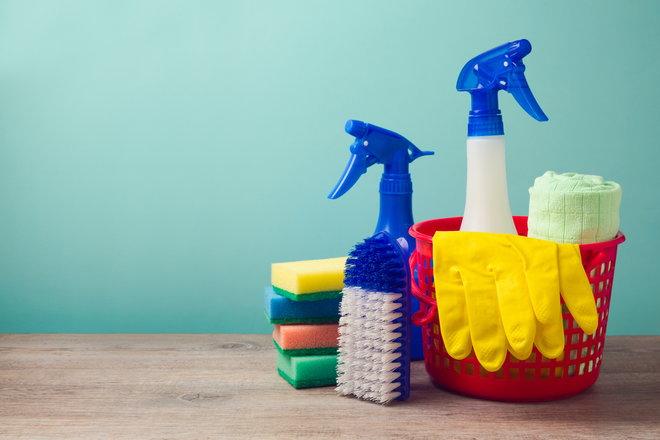 ведро, губки, перчатки и чистящие средства