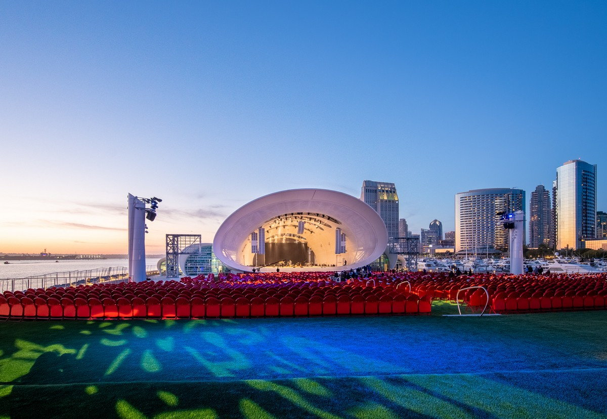 Seashell-Shaped Concert Hall Hosts Thousands by the San Diego Seashore