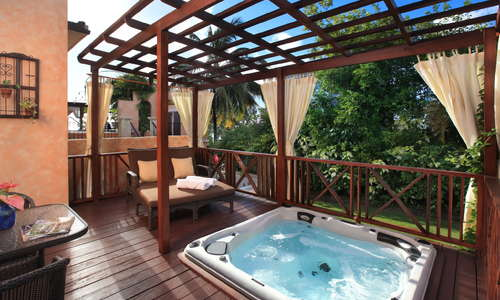 Little Arches Boutique Hotel: Garden Jr. Suite with Whirlpool.