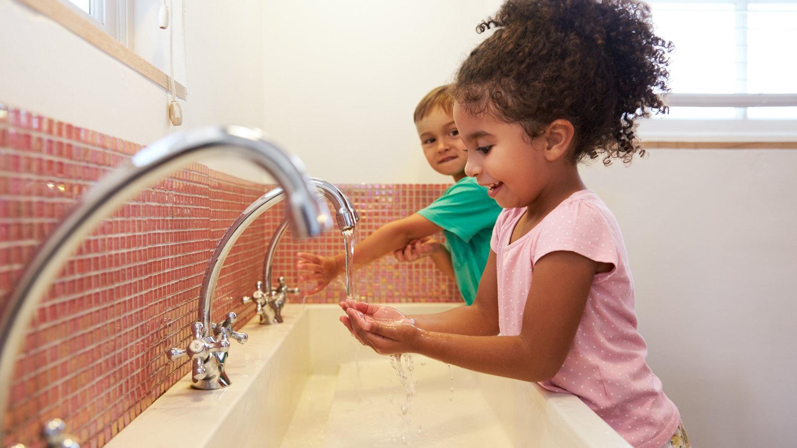 kids washing hands