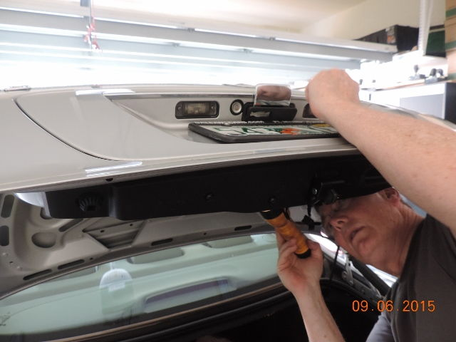 how to open mercedes benz trunk without key