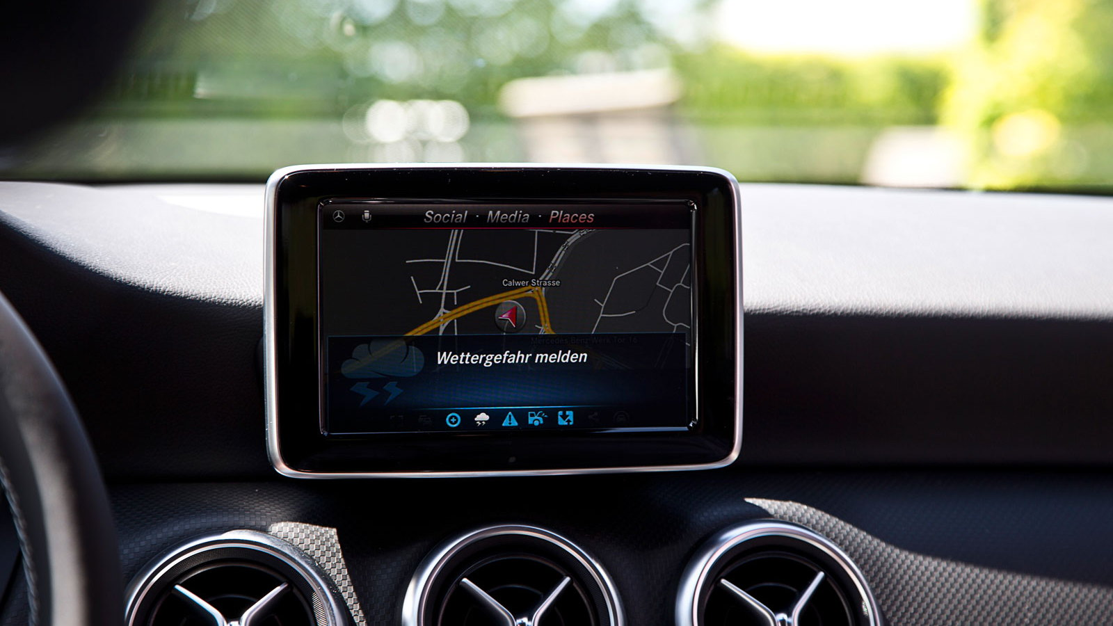 Mercedes-Benz Car-2-Object communication in action