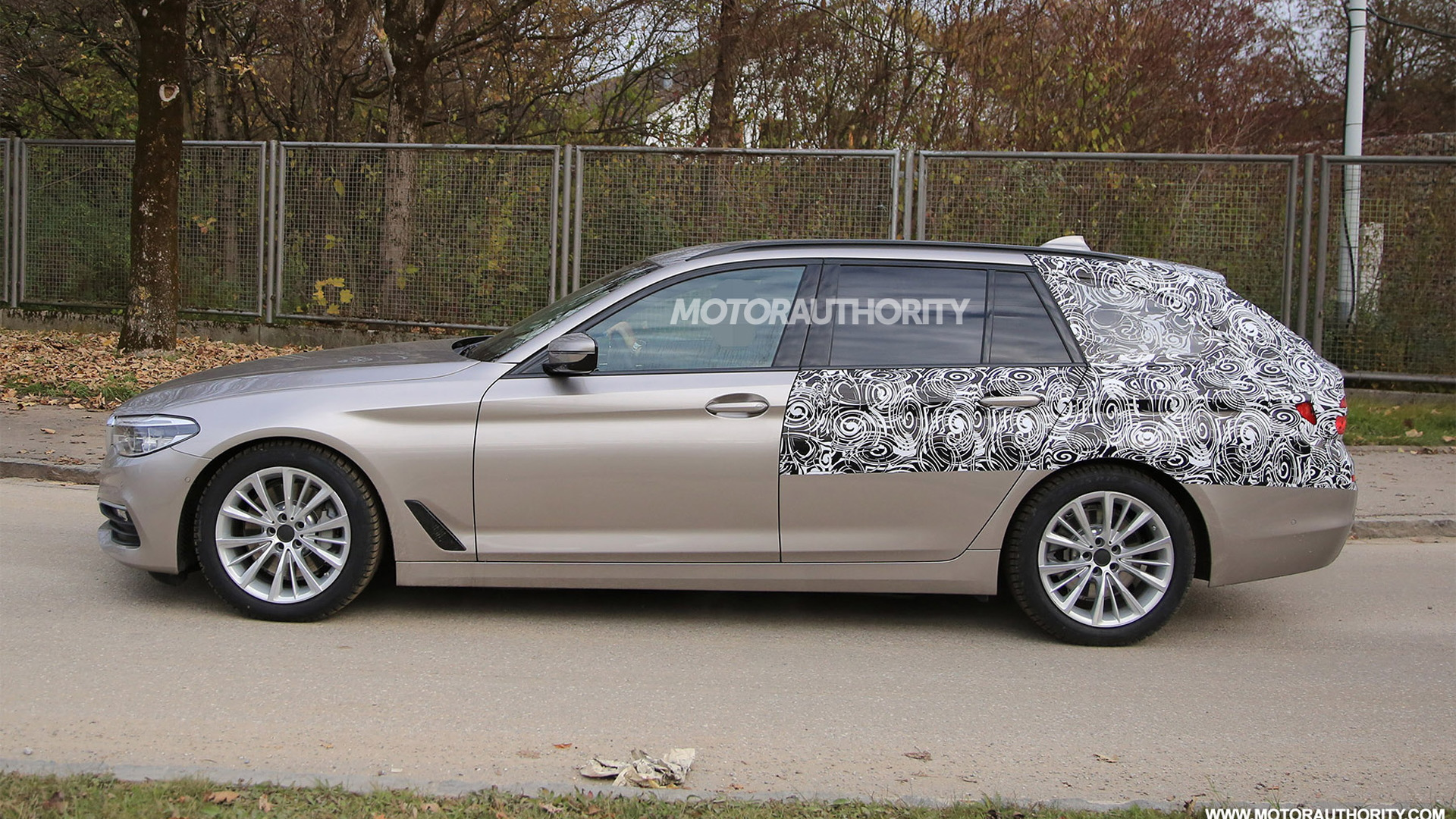 2017 BMW 5-Series Sports Wagon (Touring) spy shots - Image via S. Baldauf/SB-Medien