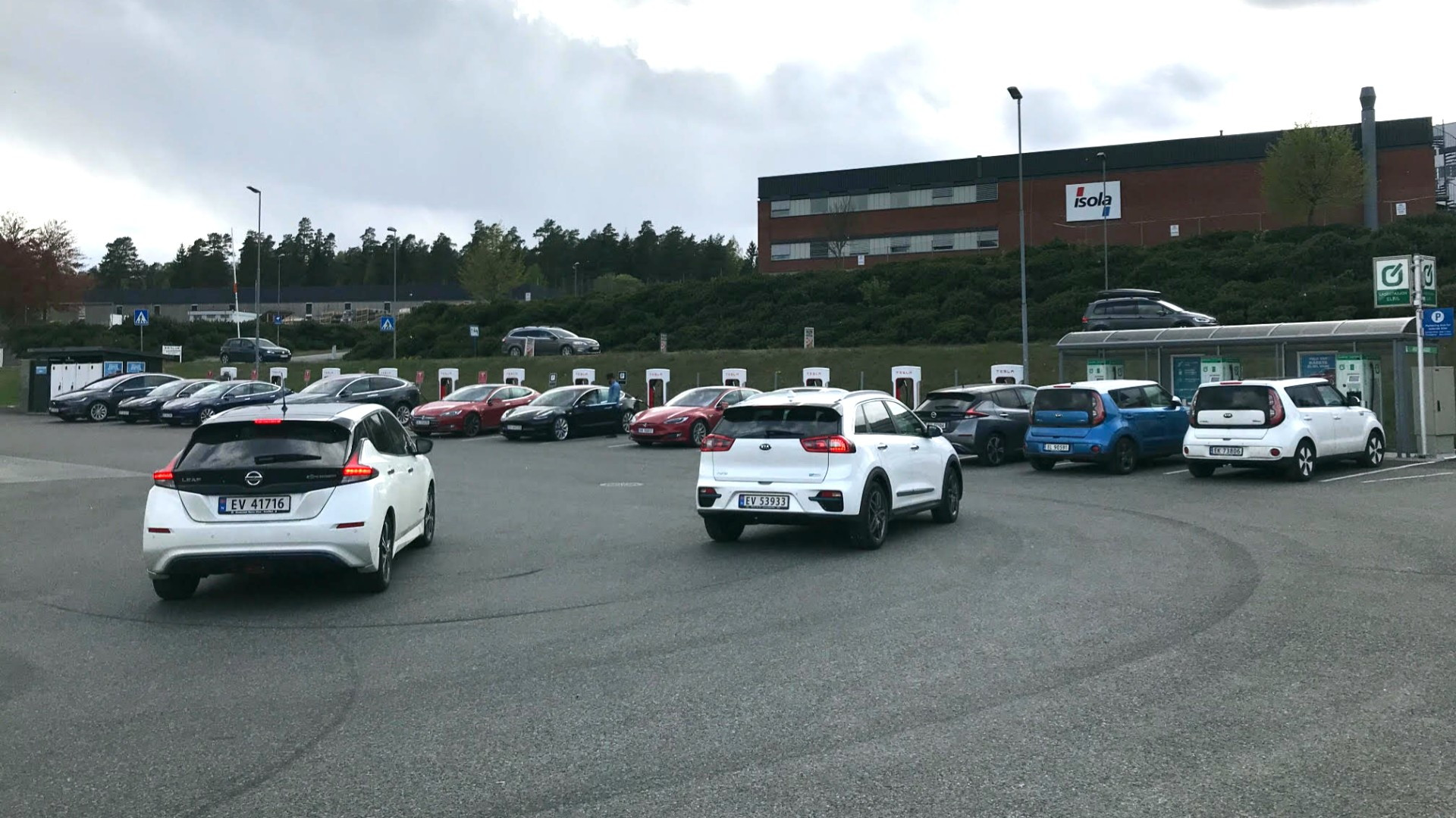 Cars queuing for DC fast charging  -  Ståle Frydelund/Norwegian EV Association