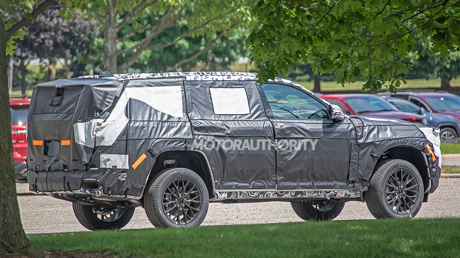 2022 Jeep Grand Cherokee-based 3-row SUV spy shots - Photo credit: S. Baldauf/SB-Medien
