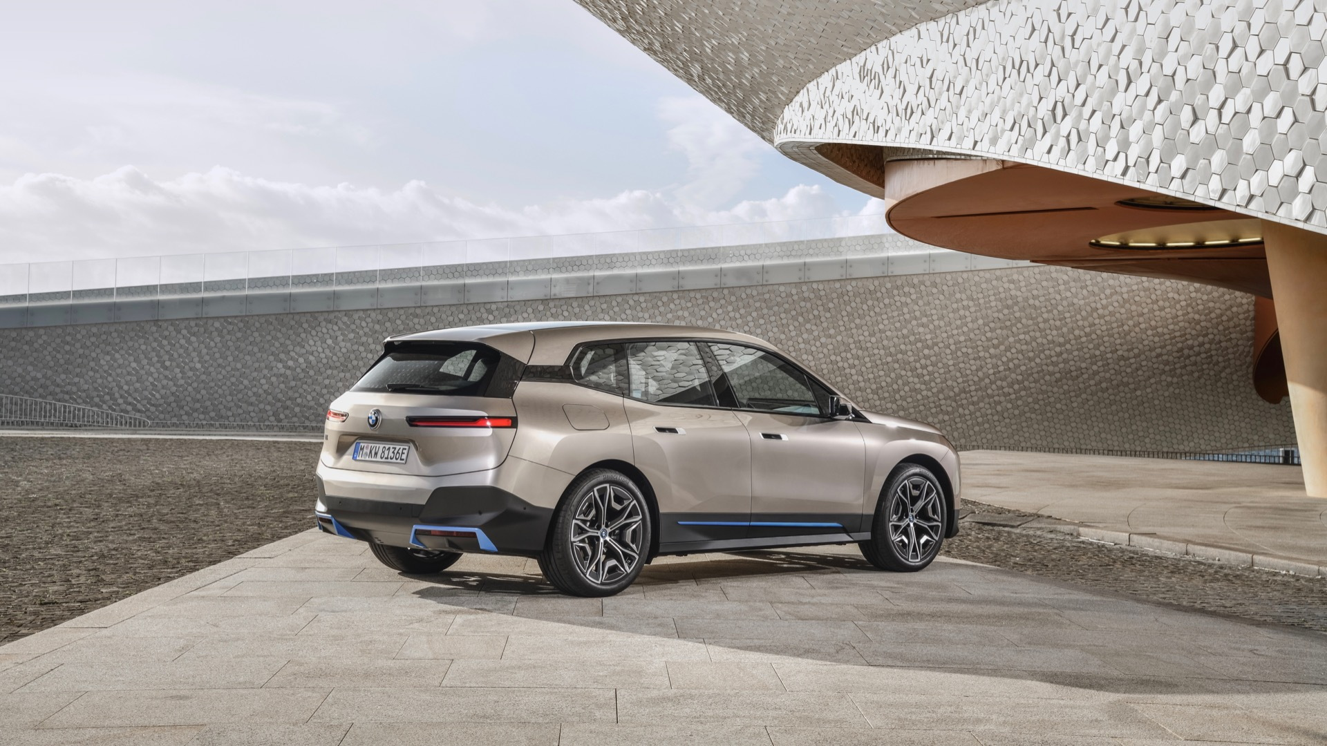 2022 BMW iX revealed: 300-mile electric SUV is a family ...
