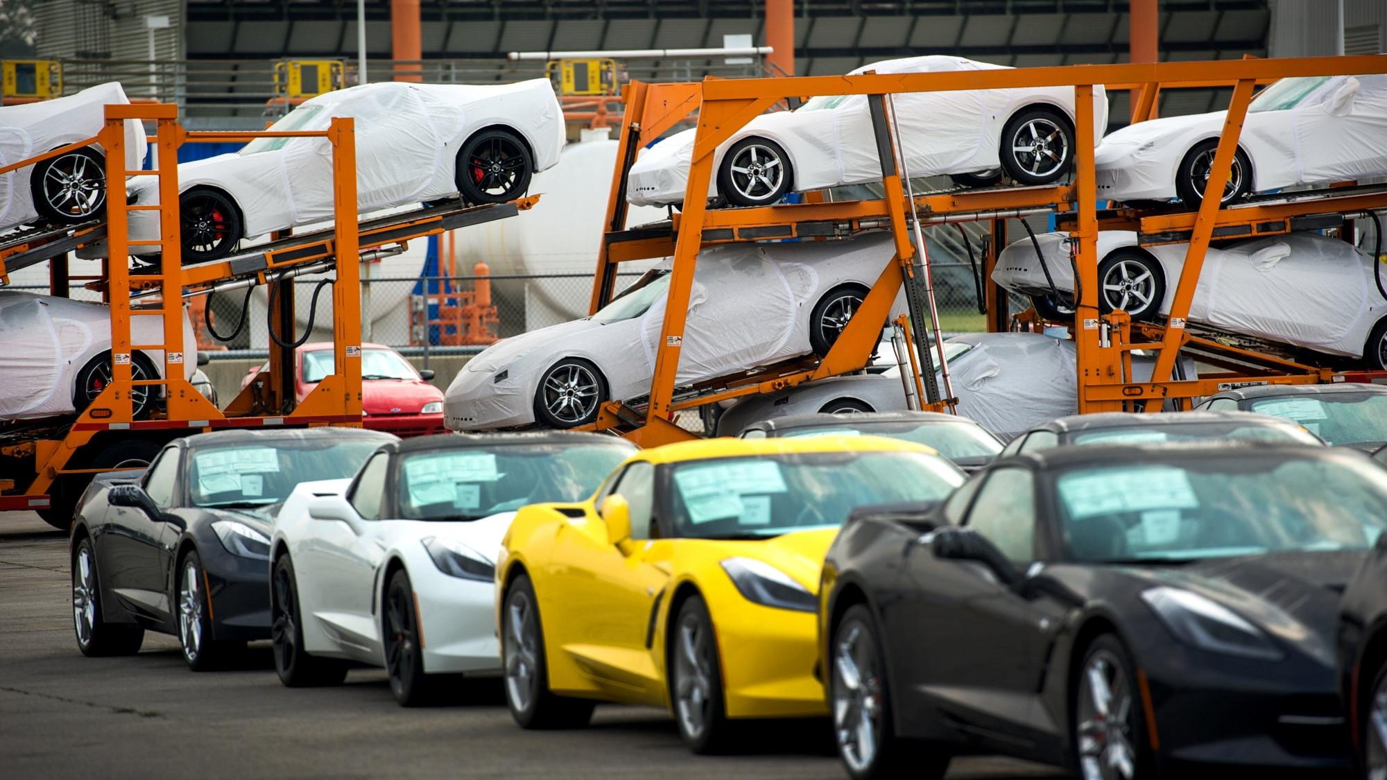 2014 Chevrolet Corvette Stingray begins shipments to dealers