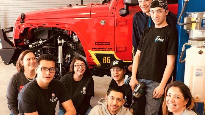 Santa Fe auto-tech students with their custom-Jeep project   SEMA