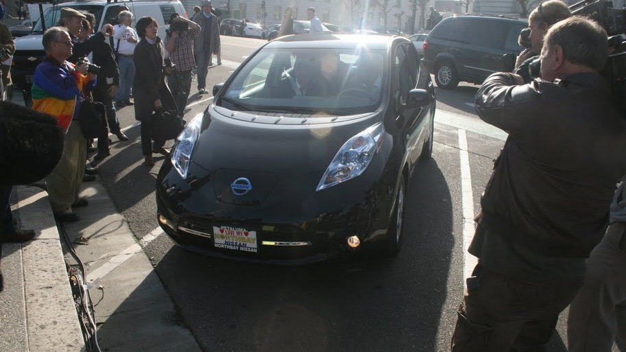 First 2011 Nissan Leaf delivered to buyer, San Francisco, Dec 2010, photo by Eugene Lee