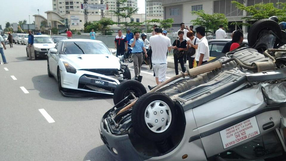 Nissan GT-R crash in Malaysia - image: Mohammed Firdaus Kamal
